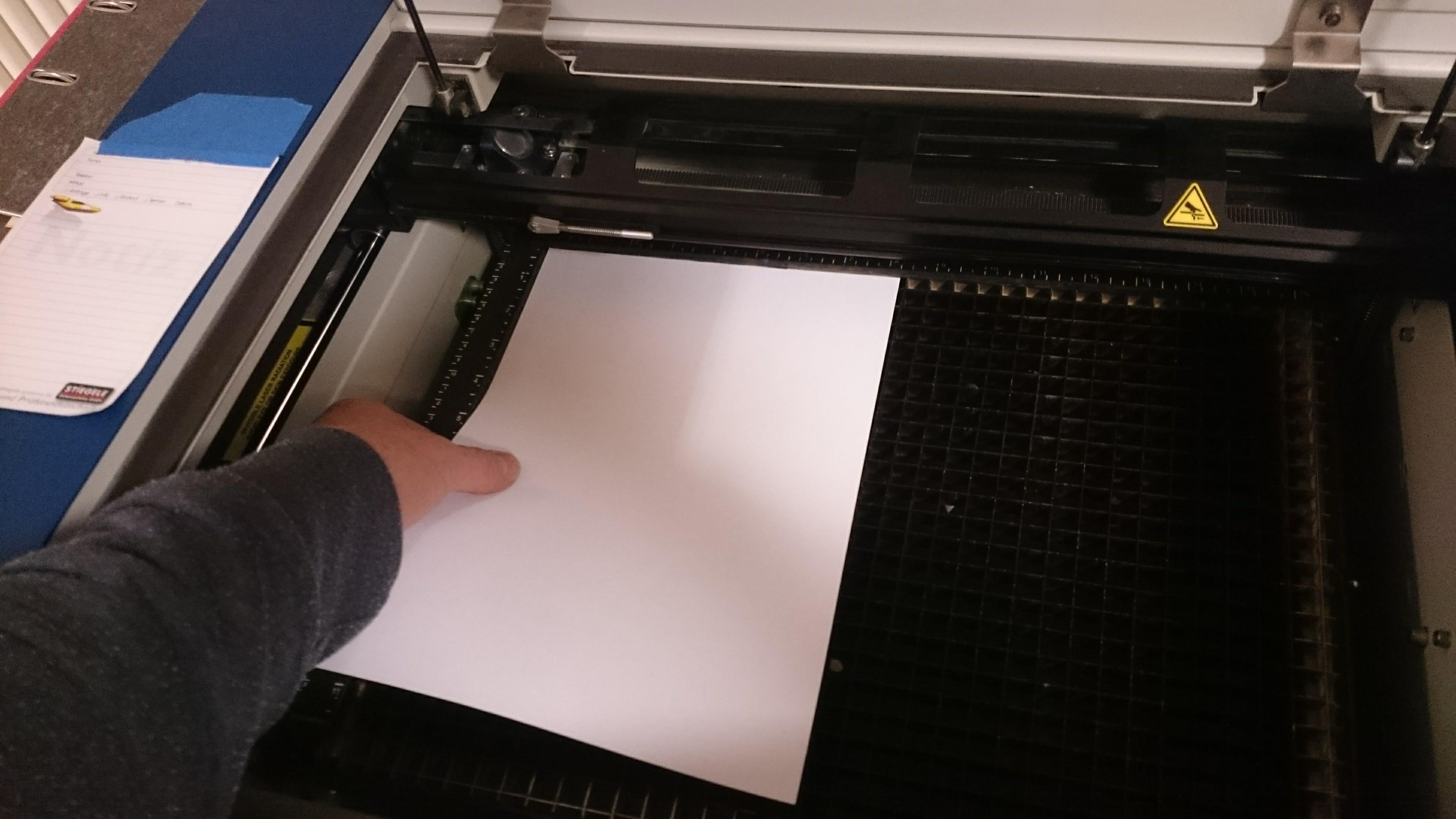 Papier unter das Werkstück legen