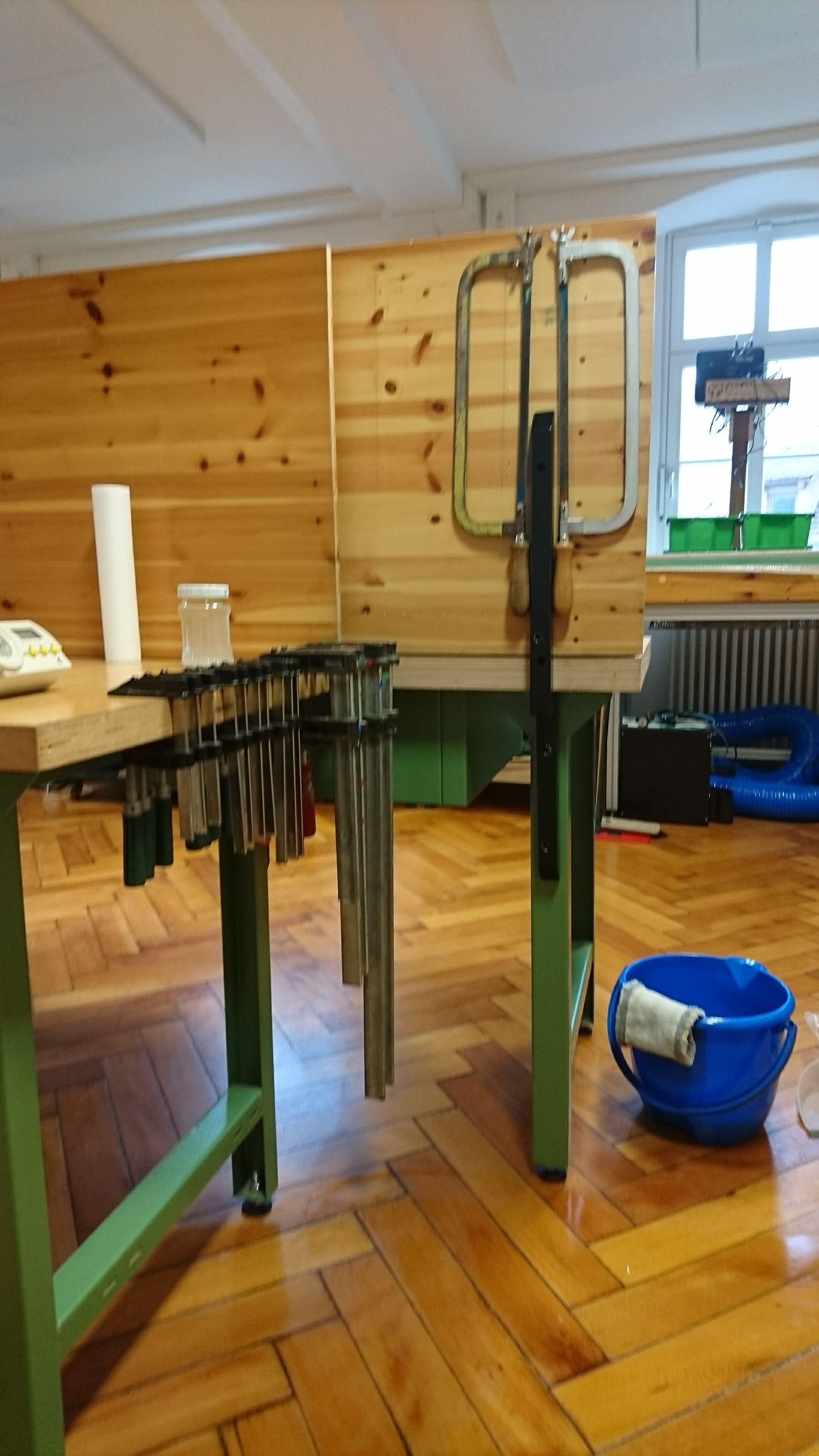 An den Werkbänken wurden die ersten Werkzeuge befestigt